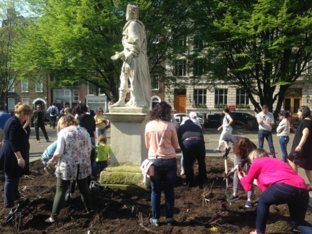 Bulgarians planting roses